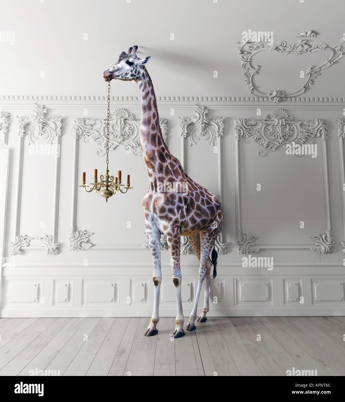 La giraffa tenere il lampadario nel lusso interni decorati Immagini Stock