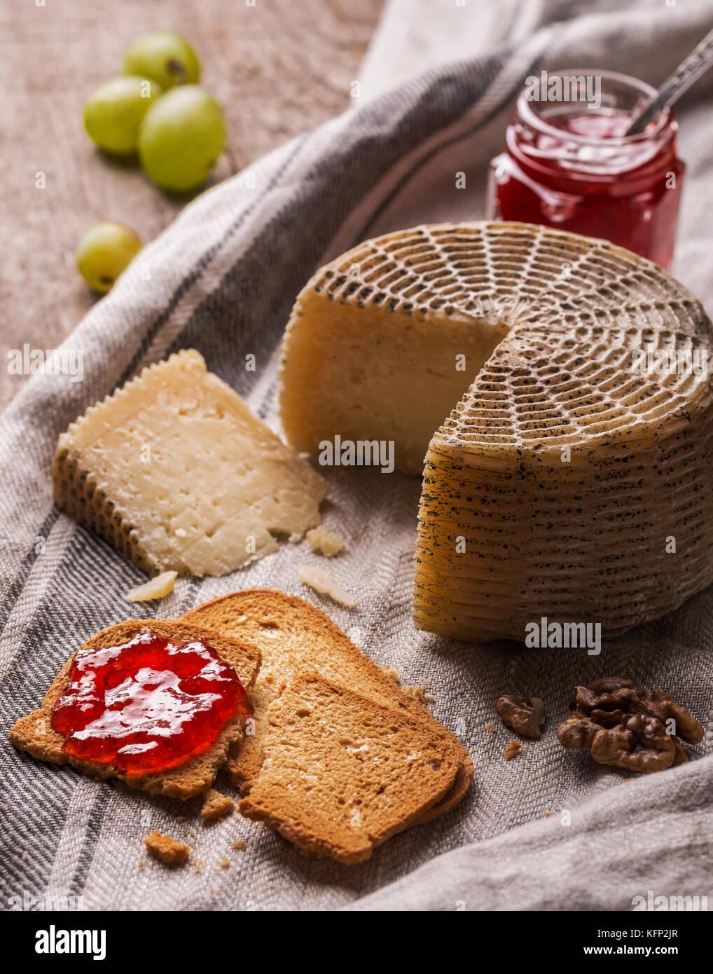 Ancora vita con formaggio di capra, fette di pane e marmellata Immagini Stock