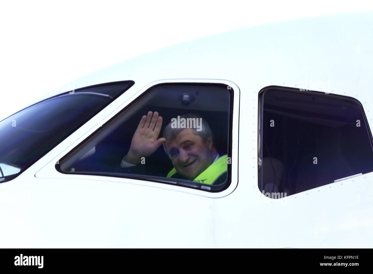 Rostov-on-don, Russia - 31 ottobre 2017: compagnia aerea di azimut comandante equipaggio yuri deyev visto nella cabina di pilotaggio di un Sukhoi Superjet 100 (ssj-100) aerei passeggeri davanti a un volo presso l'aeroporto della città. azimuth è un passeggero con una compagnia aerea per la Russia meridionale e centrale; a partire da dicembre 2017, è di servire nuovi platov aeroporto vicino a Rostov-on-don. valery matytsin/TASS Foto Stock