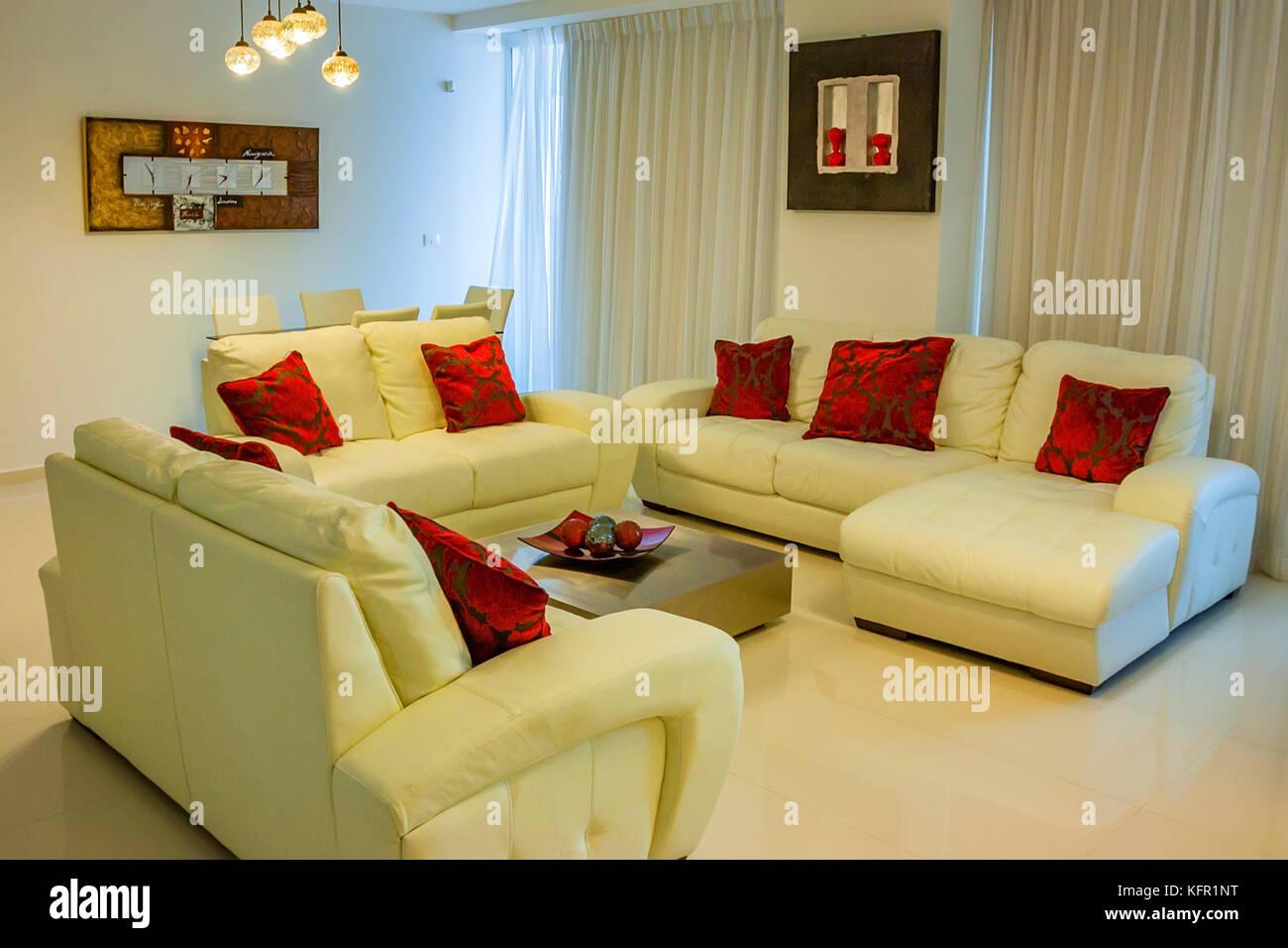 Divani Bianchi Moderni : Interno di un moderno hotel area di attesa con divani bianchi un