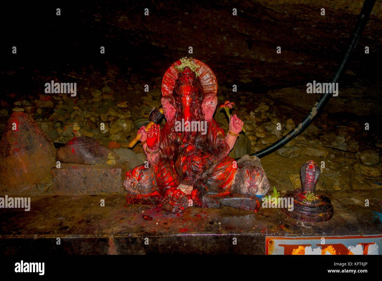 Pokhara, nepal - Settembre 12, 2017: lapidato statua dell'elefante con un serpente insise dei pipistrelli, in Immagini Stock
