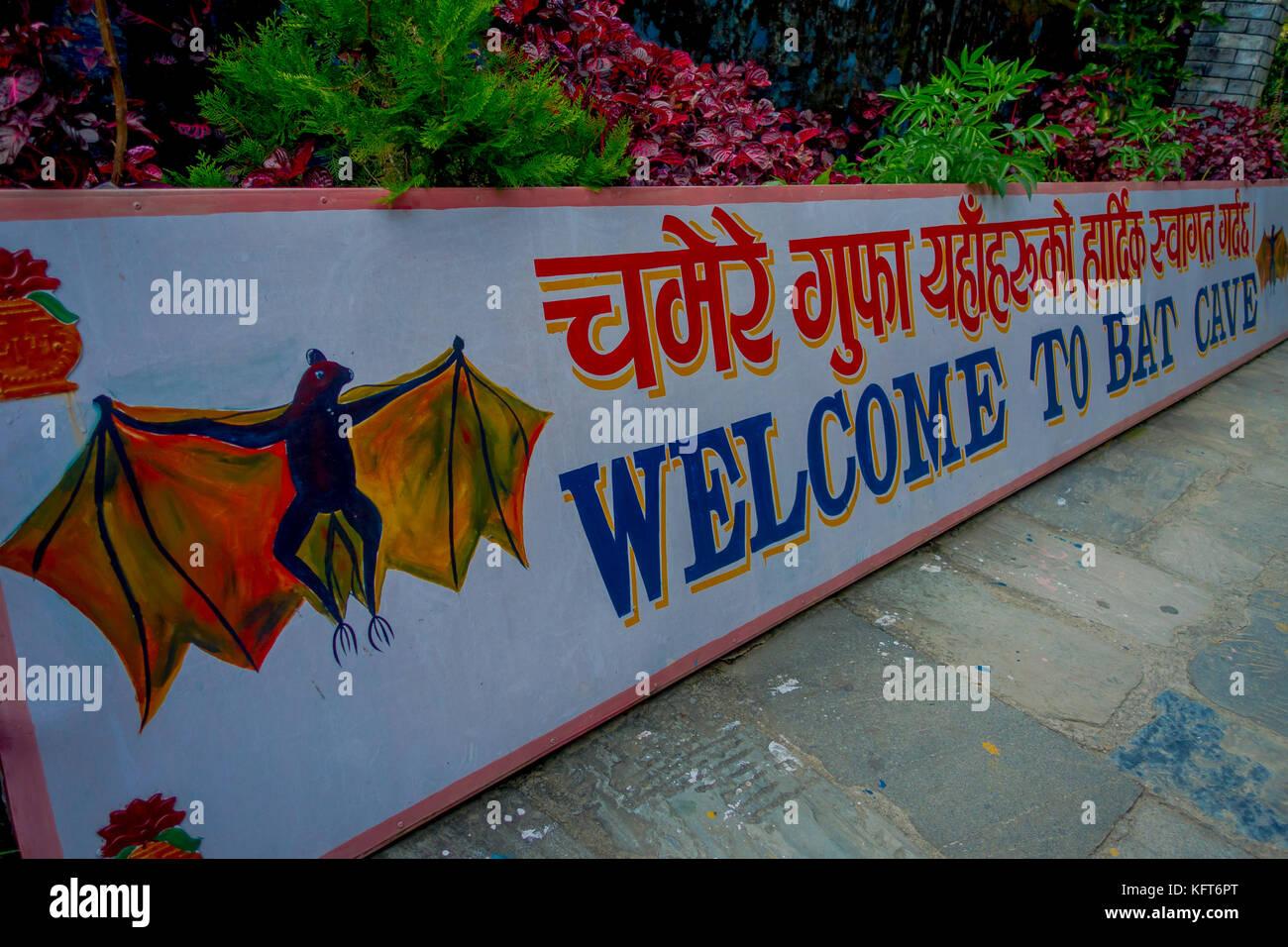 Pokhara, nepal - Settembre 12, 2017: cartello informativo all'ingresso della grotta di bat, in lingua nepalese, Immagini Stock
