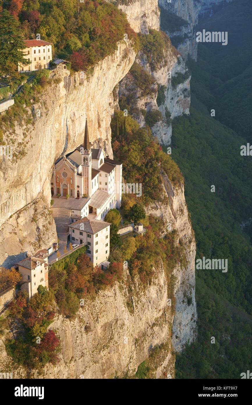 Edificio religioso costruito su una roccia. Madonna Della Corona Santuario, Spiazzi, Veneto, Italia. Immagini Stock