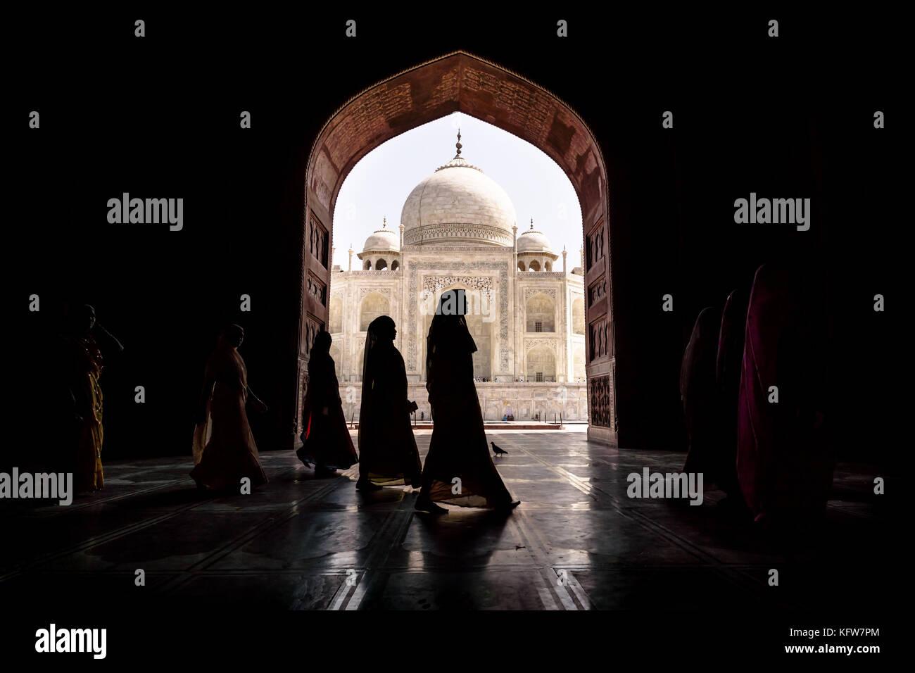 Argra, Taj Mahal, India - 3 marzo 2012: donne in sari tradizionale arco di passaggio in Taj Mahal di Agra, Uttar Immagini Stock