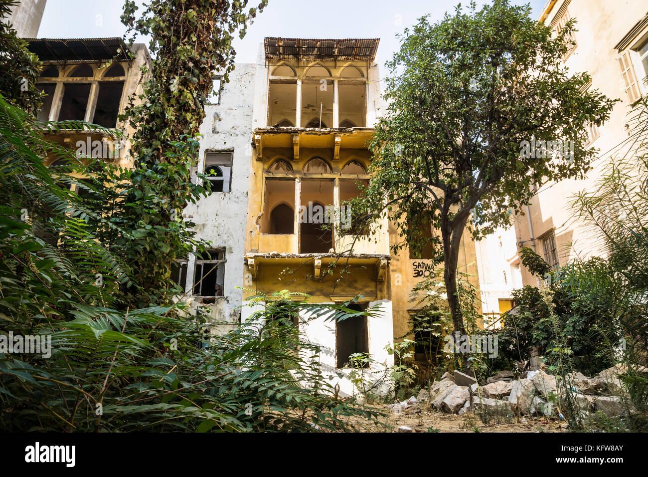 Le rovine di una tradizionale casa libanese circondato da alberi e cespugli a Beirut, Libano Foto Stock