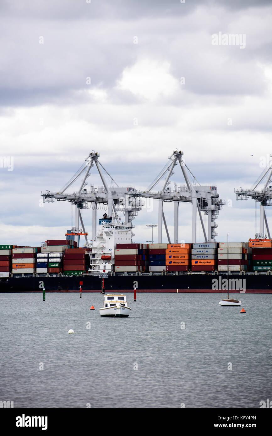 I contenitori di spedizione dire la globalizzazione Immagini Stock