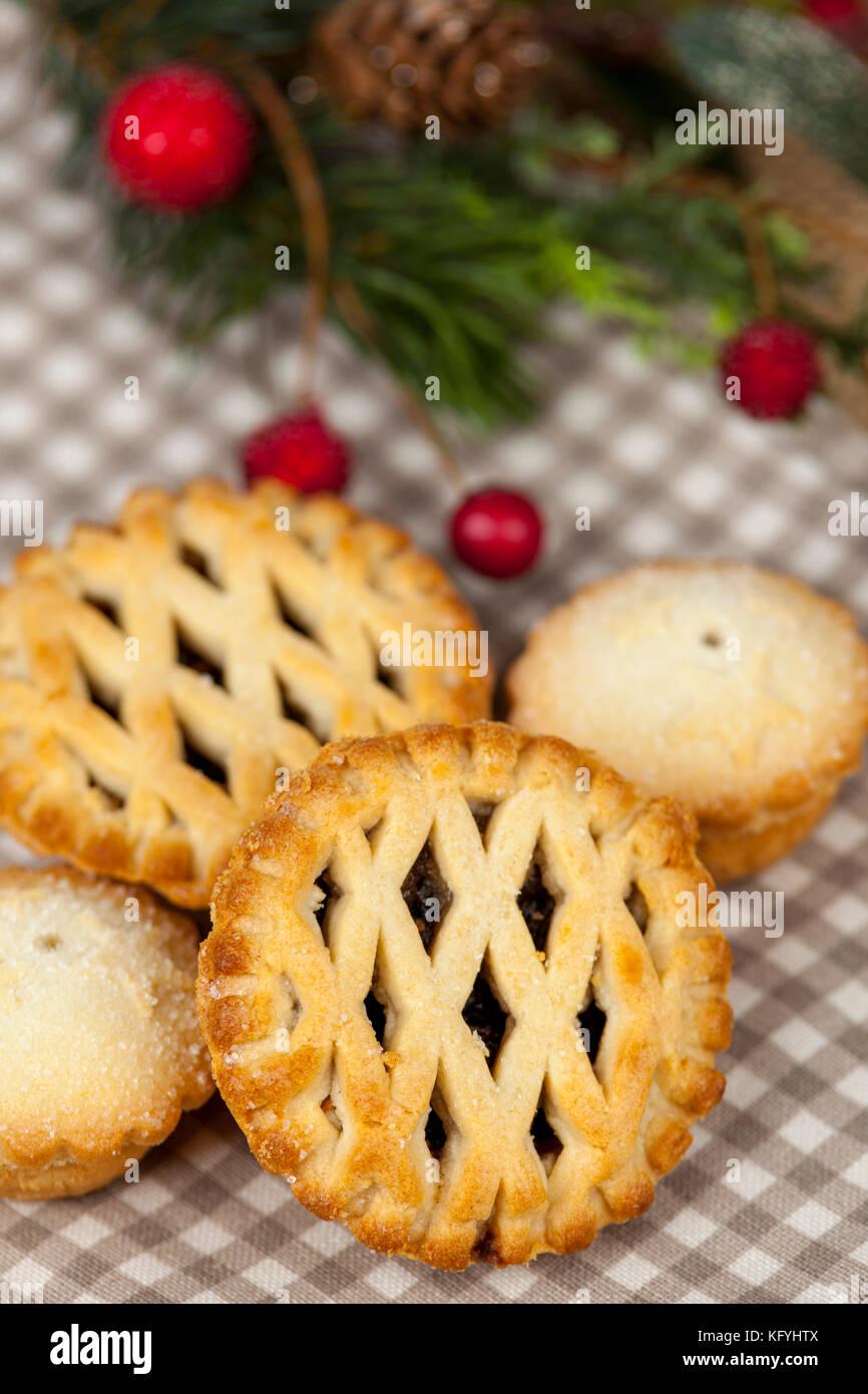 Acq traliccio superiore pasticci di carne macinata in un paese tabella con qualche stagione festiva decorazioni Immagini Stock