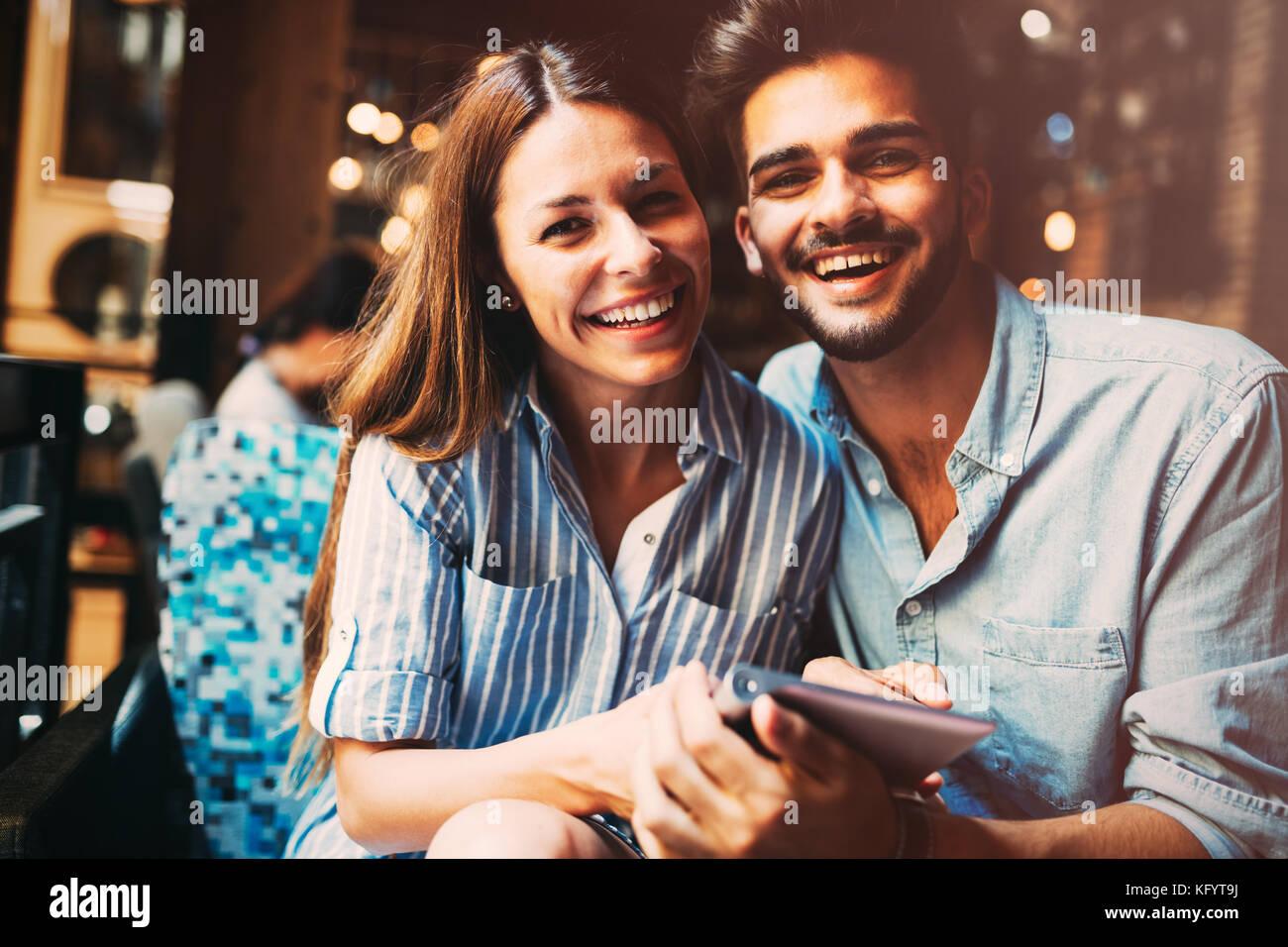 Giovane coppia attraente su data nel coffee shop Immagini Stock