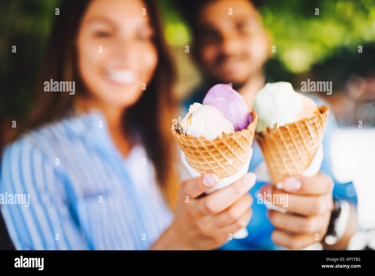 Felice coppia avente data e mangiare il gelato Immagini Stock