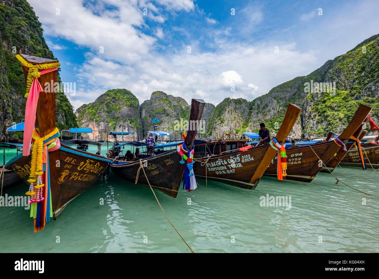 Thailandia. Mare delle Andamane. Koh Phi Phi island. Maya Bay. Lunga coda di barche Immagini Stock