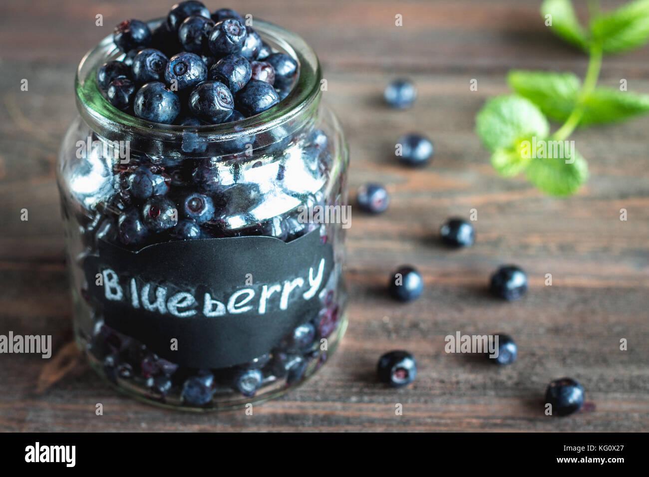 Mirtillo antiossidante super organico in un vaso concept per una sana alimentazione e nutrizione Immagini Stock