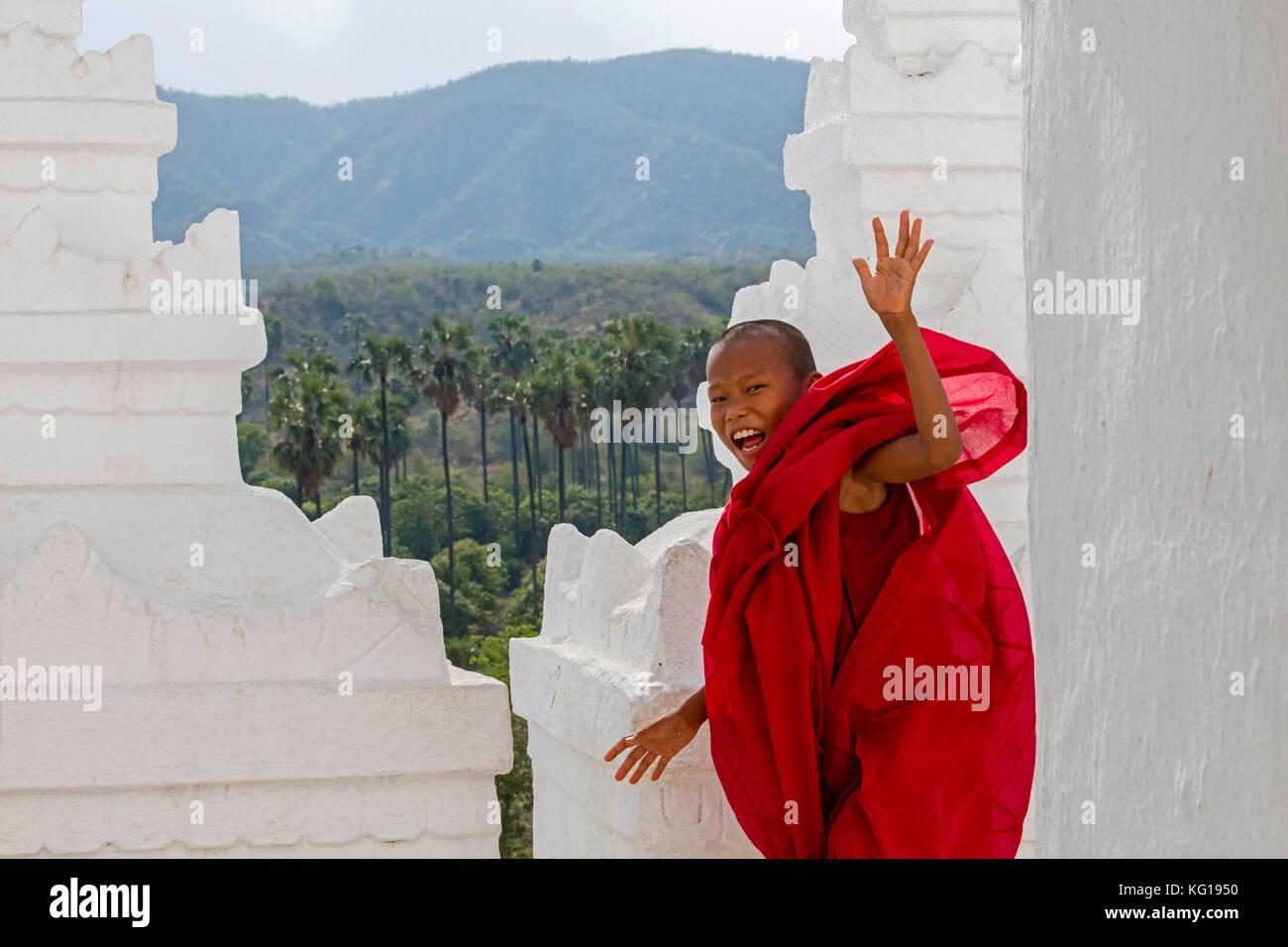 Felice monaco novizio sorridente nella pagoda hsinbyume / pagoda myatheindan, tempio di mingun vicino a mandalay Immagini Stock