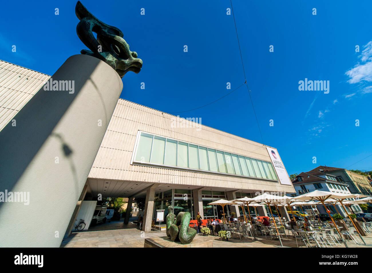 Zurigo, Schweiz : Kunsthaus mit grosse Liegende Frauenfigur von Henry Moore ua Immagini Stock