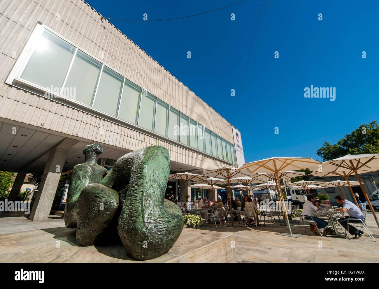 Zurigo, Schweiz : Kunsthaus mit grosse Liegende Frauenfigur von Henry Moore di Zurich Svizzera Immagini Stock