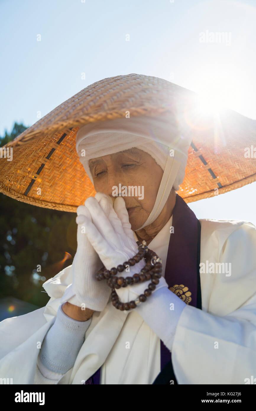 Femmina giapponese monaco buddista raccogliendo elemosine al kiyomizudera tempio di Kyoto, Giappone, Asia Foto Stock