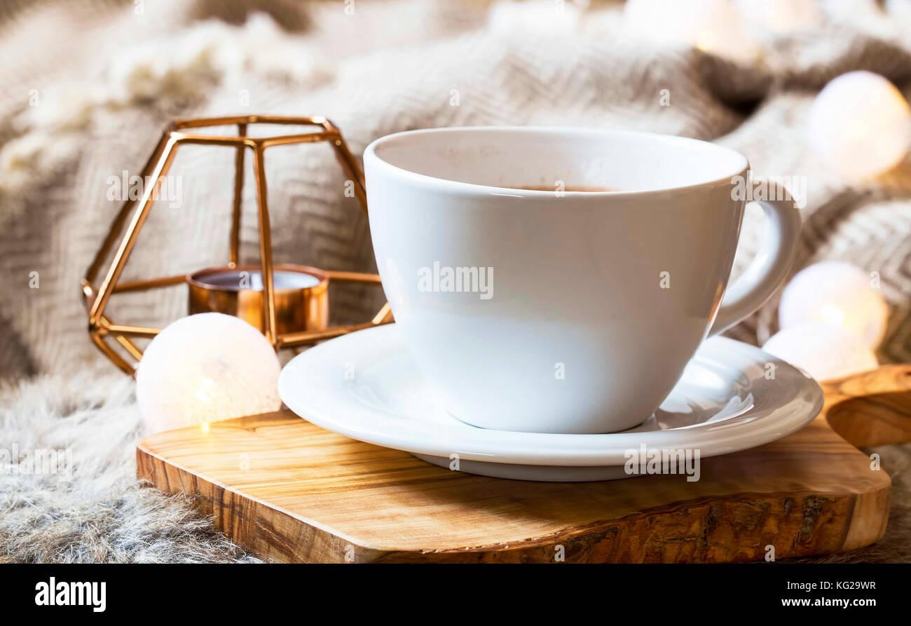 Mattina tazza di caff a casa accogliente winter - Casa accogliente ...