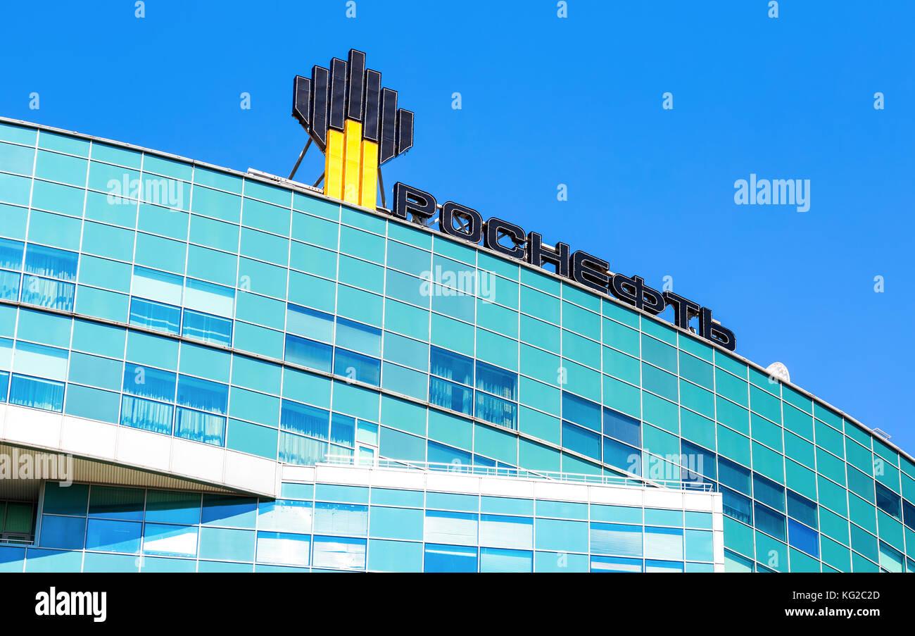 Samara, Russia - 12 giugno 2017: l'emblema della compagnia petrolifera rosneft su l'edificio dell'ufficio. Immagini Stock