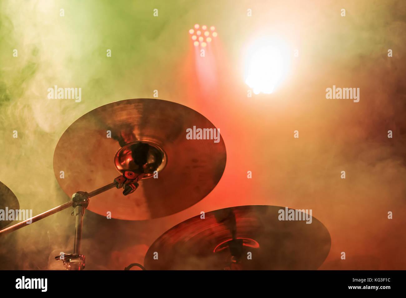 Piastra di rame tamburi close up in un concerto con multi