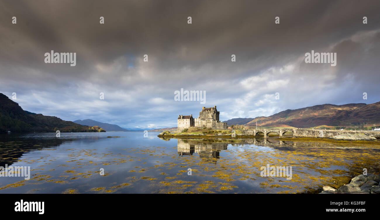 Eilean Donan Castle con riflessioni, altopiani, Scozia Immagini Stock