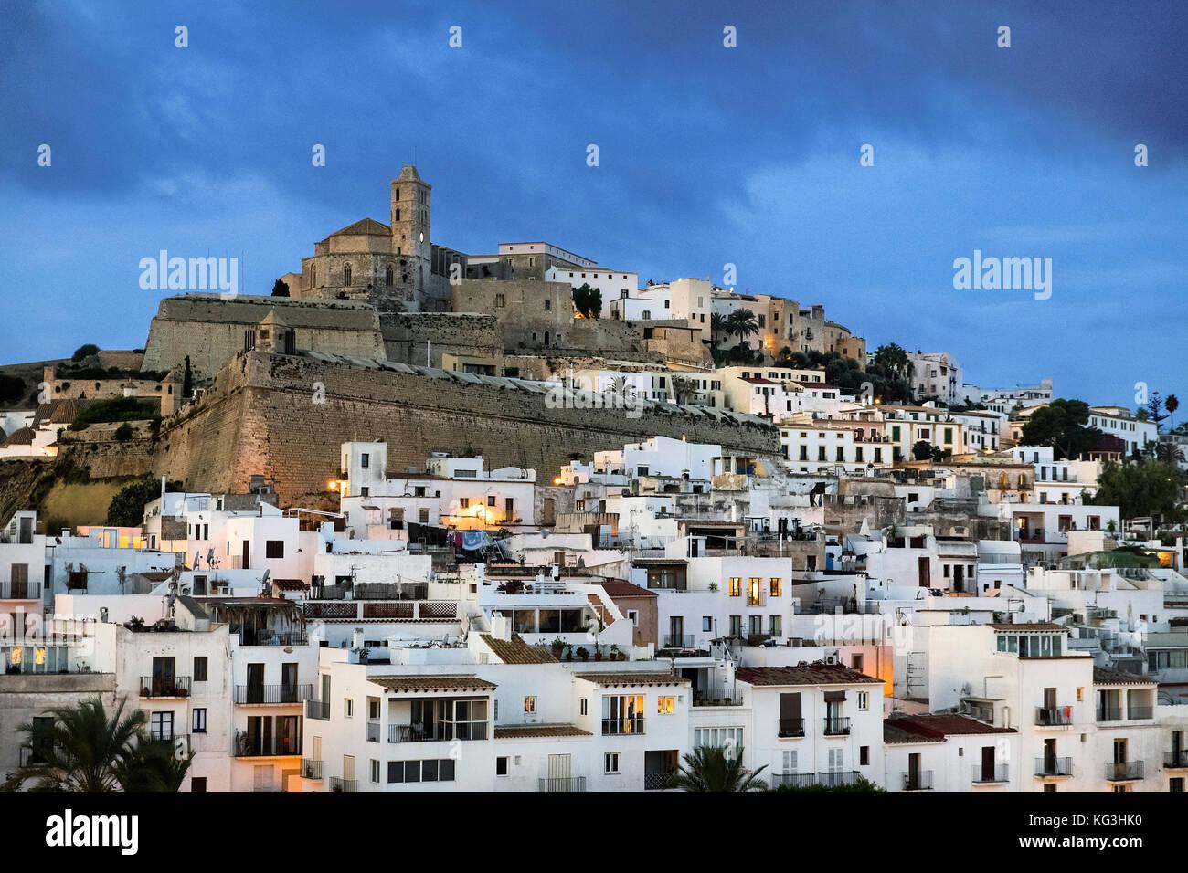 La città di Ibiza e la cattedrale di santa maria d'Eivissa, ibiza, isole Baleari, Spagna. Immagini Stock