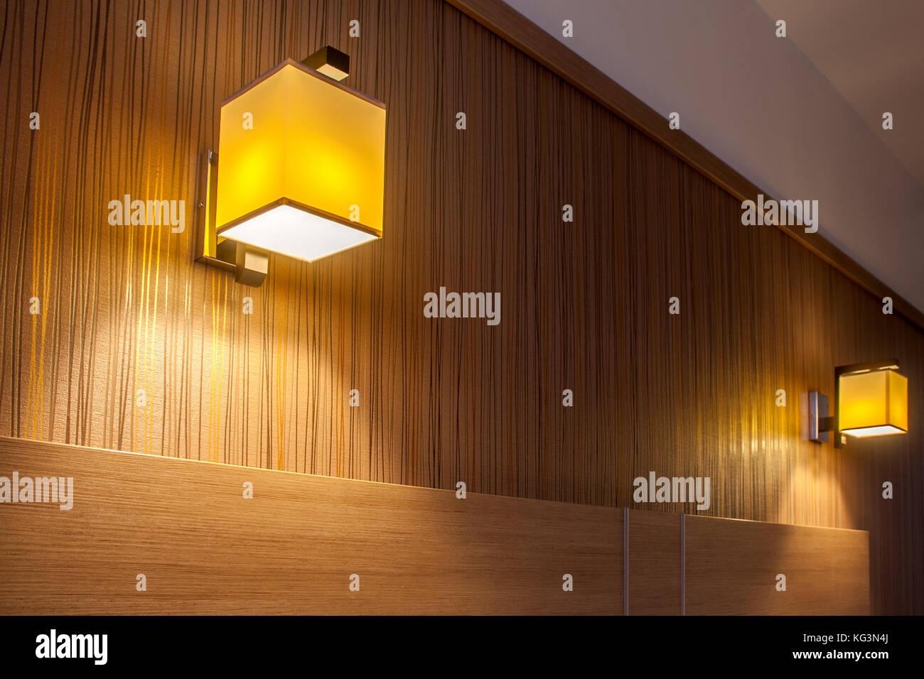 Close-up di due luci da parete appliques con una piazza ...