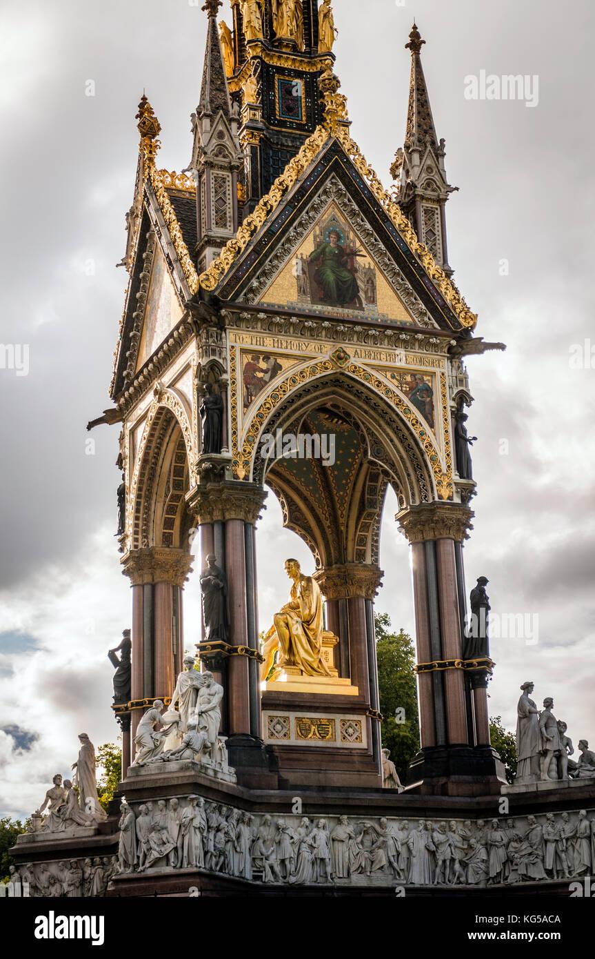L'Albert Memorial opposta alla Albert Hall di Kensington Gardens, London, Regno Unito Foto Stock