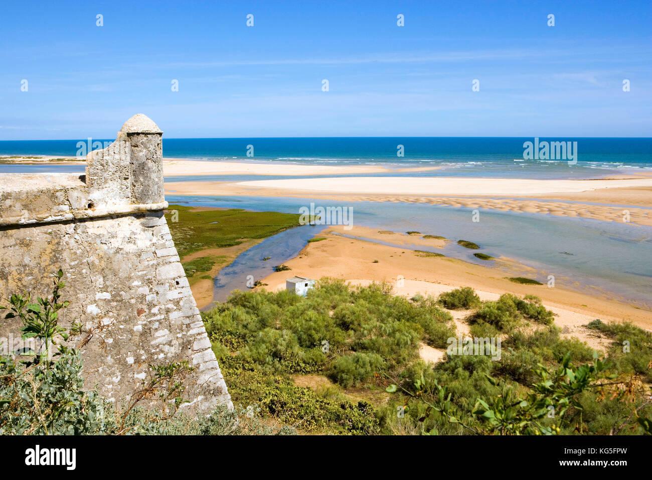 Cacela velha, piccolo villaggio sulla costa vicino alla laguna Ria Formosa, resti di un cartello Immagini Stock
