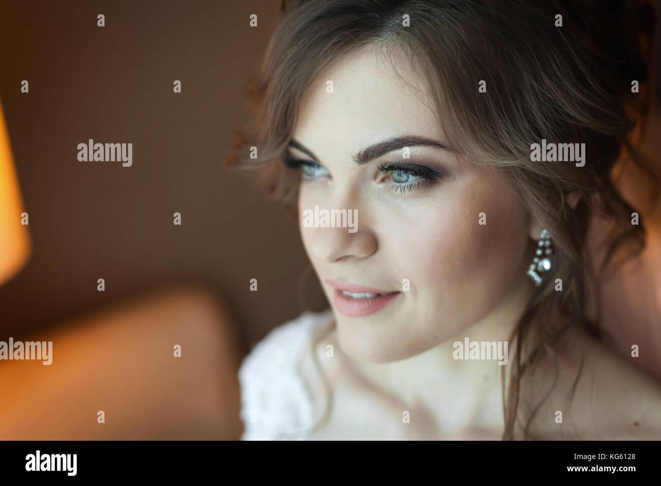 Bella sposa guardando per lo sposo Immagini Stock