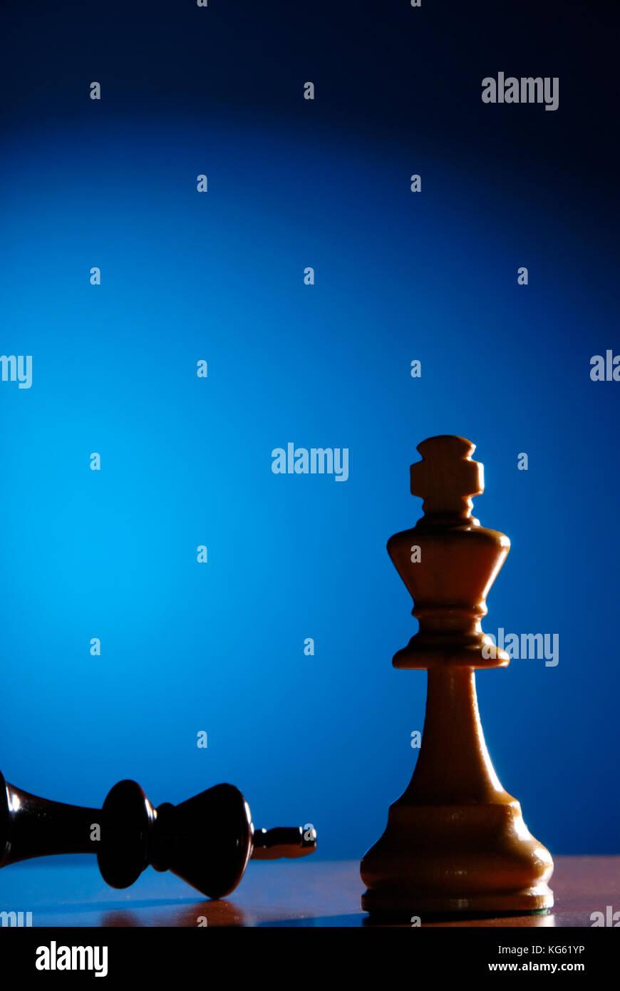 Re giù, fine del gioco di scacchi con scacco matto Immagini Stock