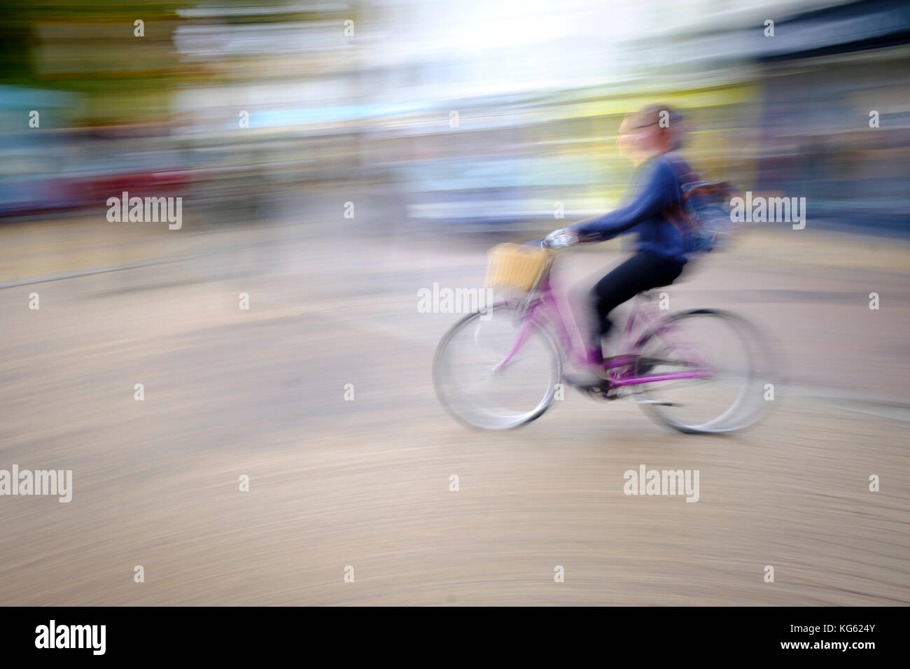 Escursioni in bicicletta in Cambridge intenzionale di sfocatura della telecamera per dare il senso della velocità Immagini Stock