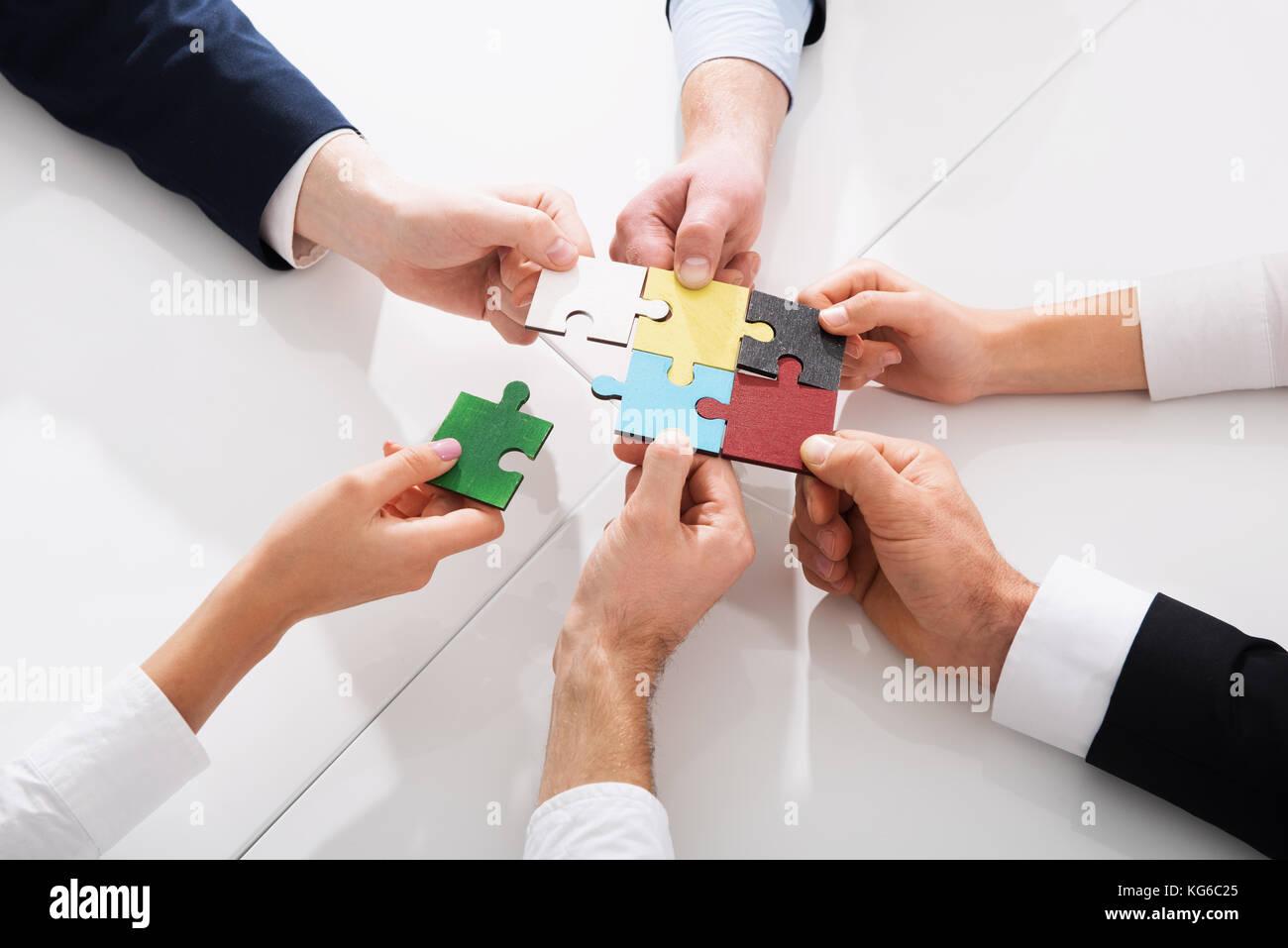 Lavoro di squadra di partner. concetto di integrazione e di avvio con i pezzi del puzzle Foto Stock