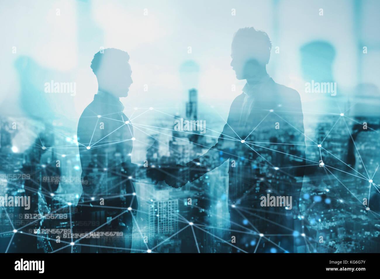 Stretta di mano del due commercianti in ufficio con effetto di rete. concetto di partnership e il lavoro di squadra Immagini Stock