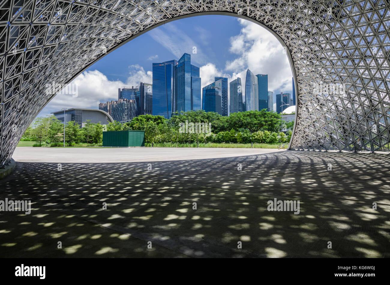 Singapore area CBD come si vede dal futuro noi padiglione espositivo. Il padiglione sono realizzati in alluminio Immagini Stock