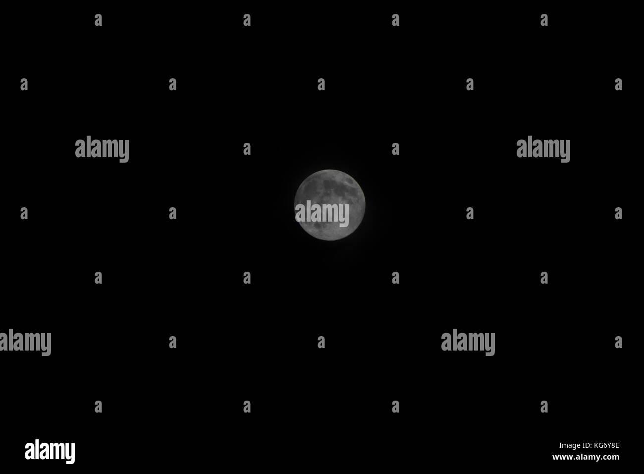Bella Luna piena su una chiara notte oscura. a freddo e di impostazione come la luna è perfettamente centrato Immagini Stock