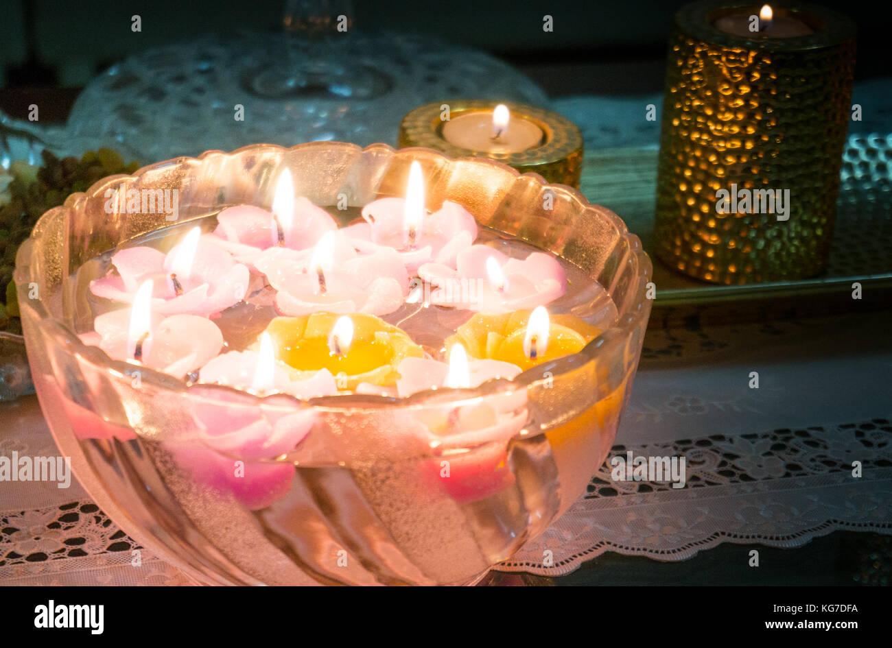 Bella candele galleggianti accesa e galleggiante su una ciotola di