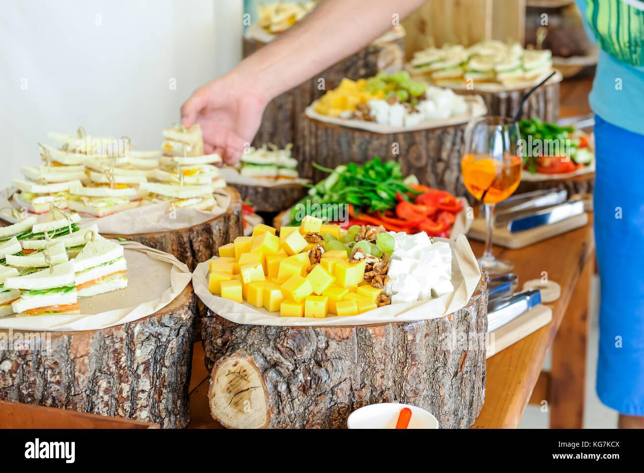 Buffet Rustico Matrimonio : Servizio di catering esterno tavolo da buffet con un delizioso