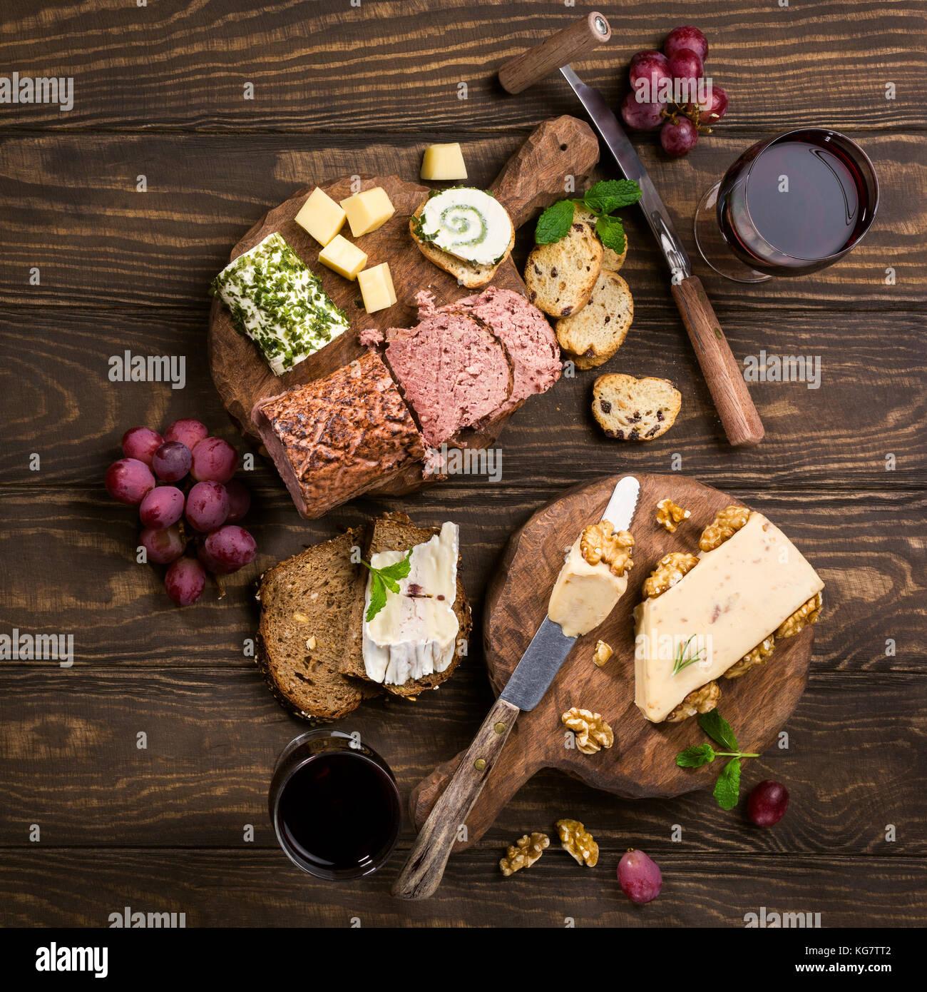 Assortimento di formaggi sulla tavola di legno Immagini Stock