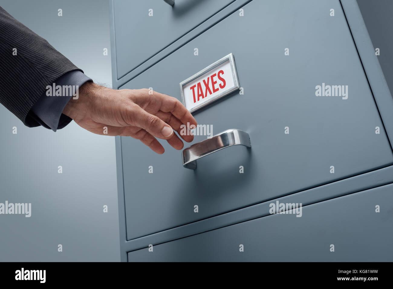Armadio Archivio Ufficio : Addetto ufficio ricerca di file in un armadio archivio egli è l