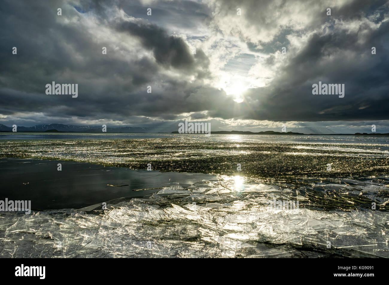 Paesaggio invernale lago ghiacciato con floes ghiaccio e cielo molto nuvoloso in Ic Immagini Stock