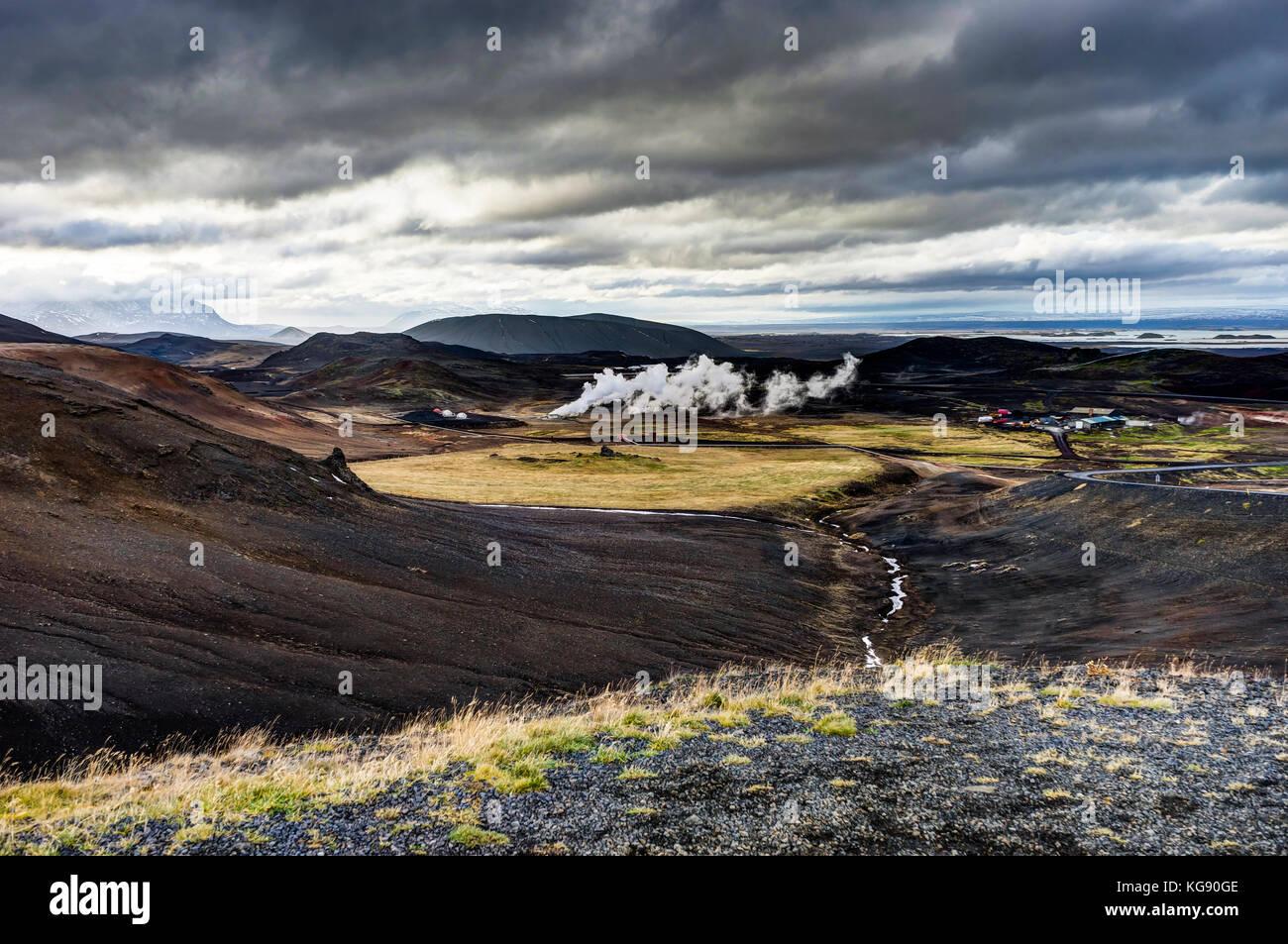 Hverir area geotermale vicino a Myvatn in Islanda con le nuvole e il cielo di un Immagini Stock