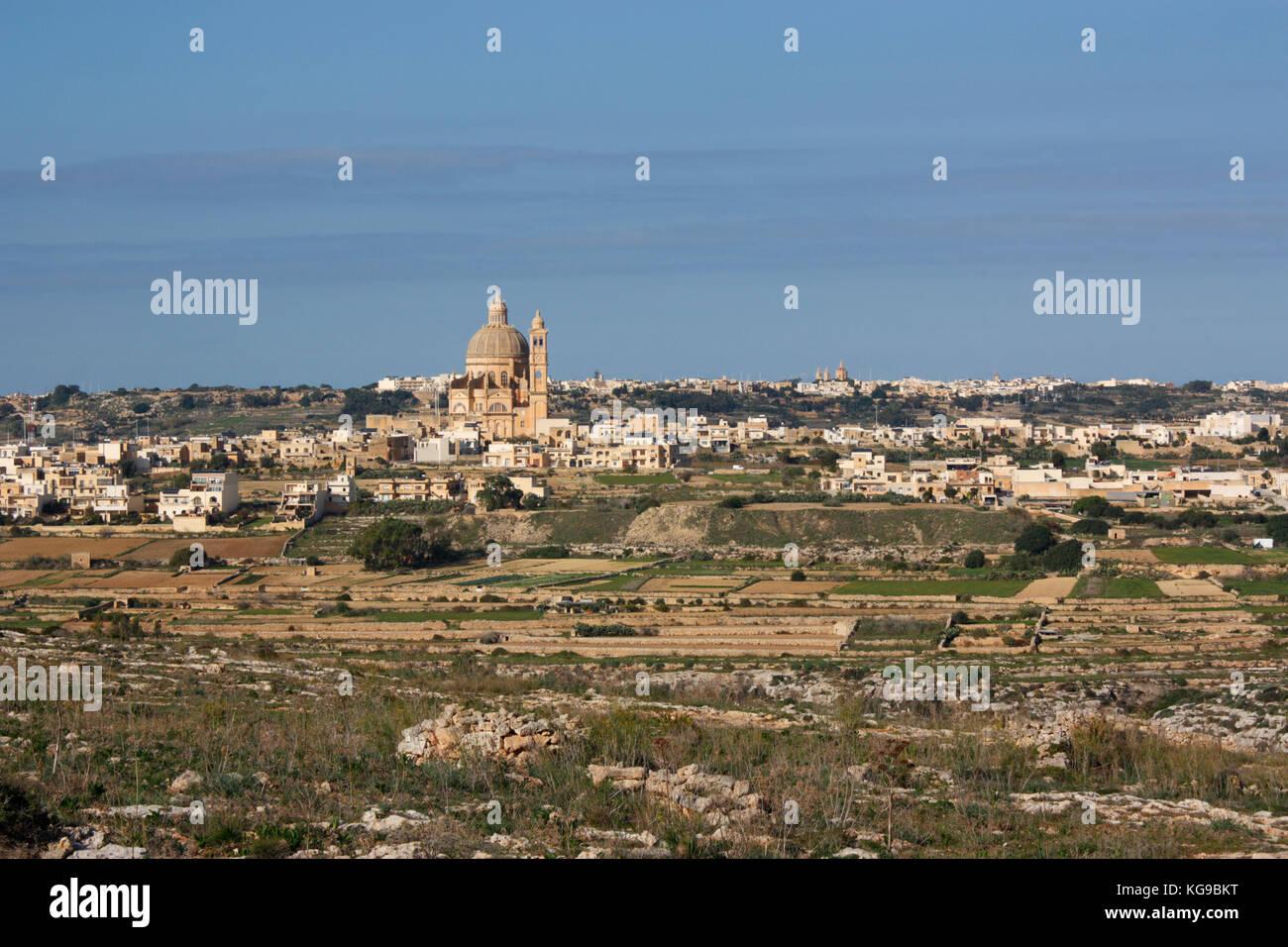 A Gozo, Malta. Il villaggio di Xewkija dominata dalla sua chiesa. Paesaggio di Gozo. Immagini Stock