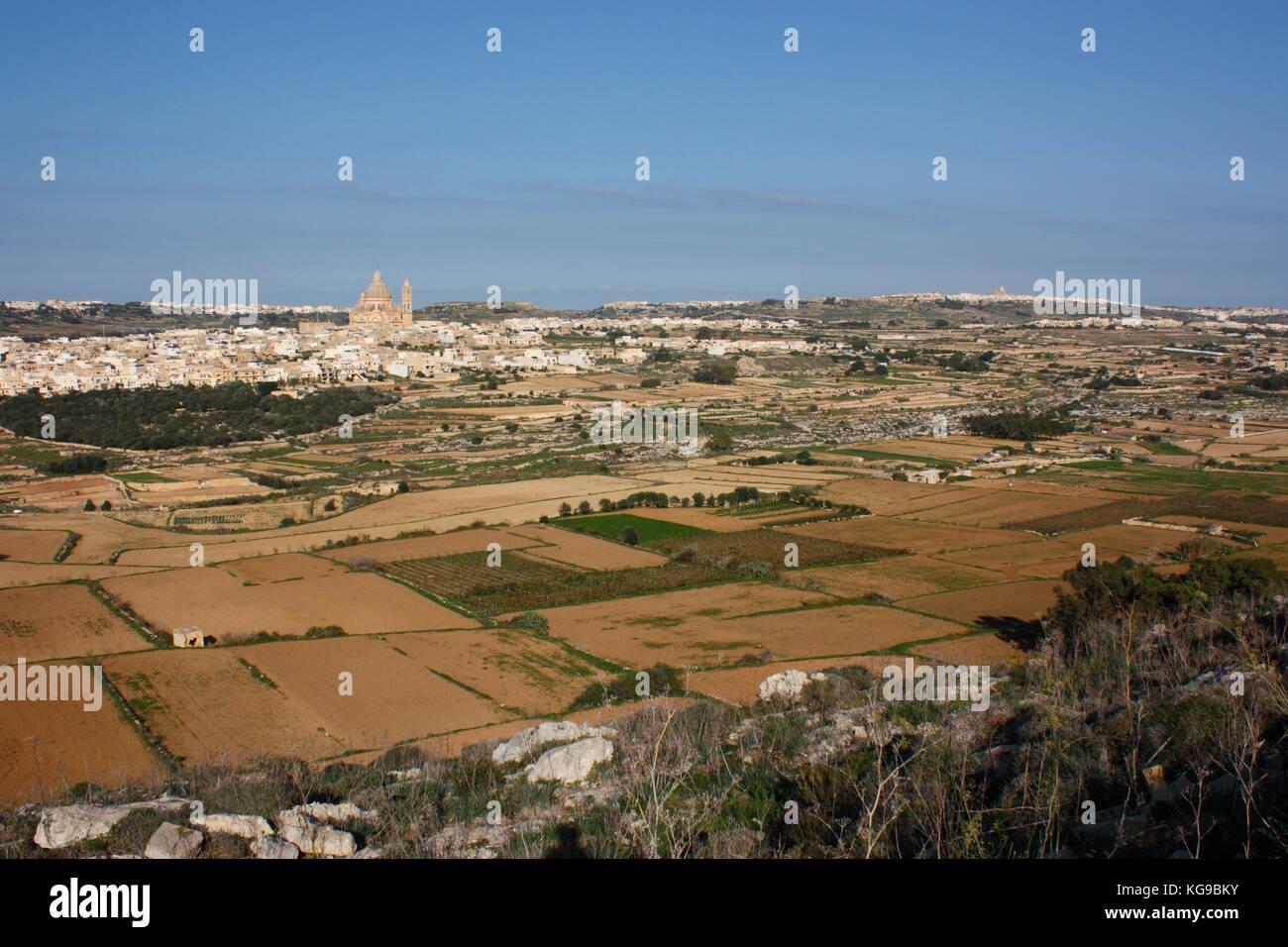 Guardando a Nord attraverso una valle rurale verso il villaggio di Xewkija a Gozo, Malta. Paesaggio di Gozo. Immagini Stock
