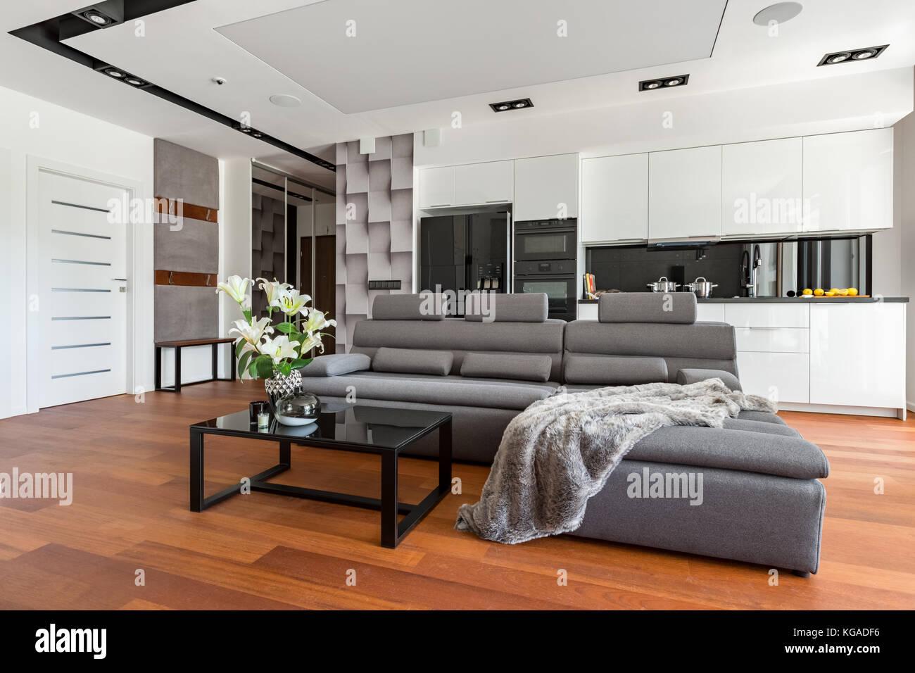 Soggiorno moderno con divano e tavolo great completo con for Divano x cucina