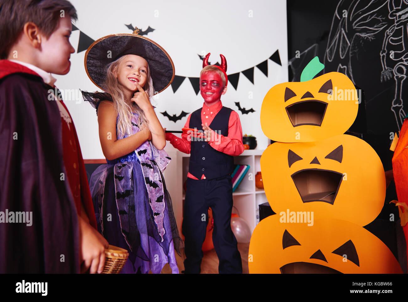I bambini in costumi di halloween presso il festival tradizionale Immagini Stock