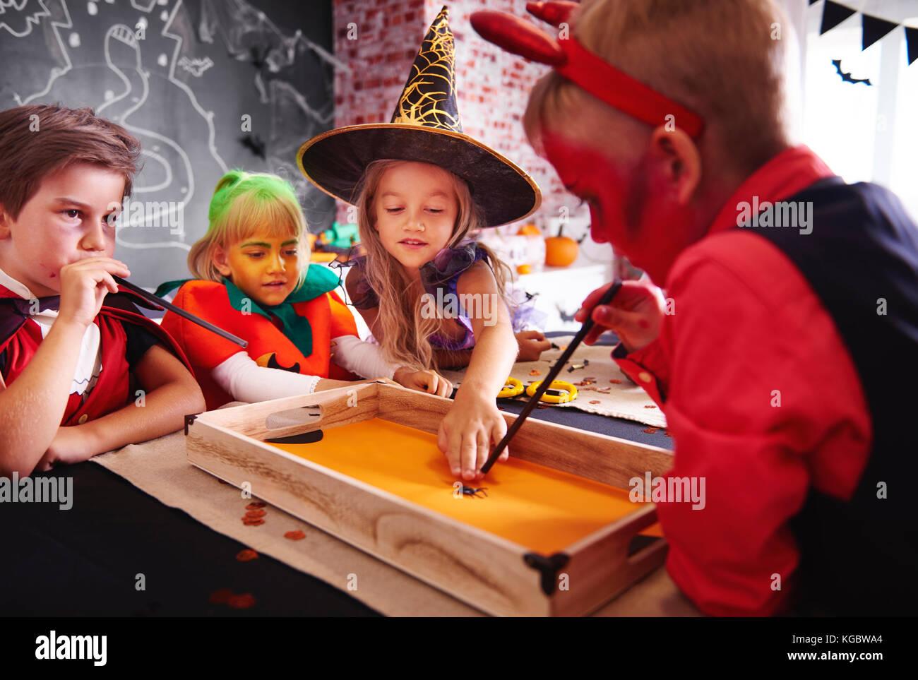 Bambini che giocano con gioco di bordo Immagini Stock