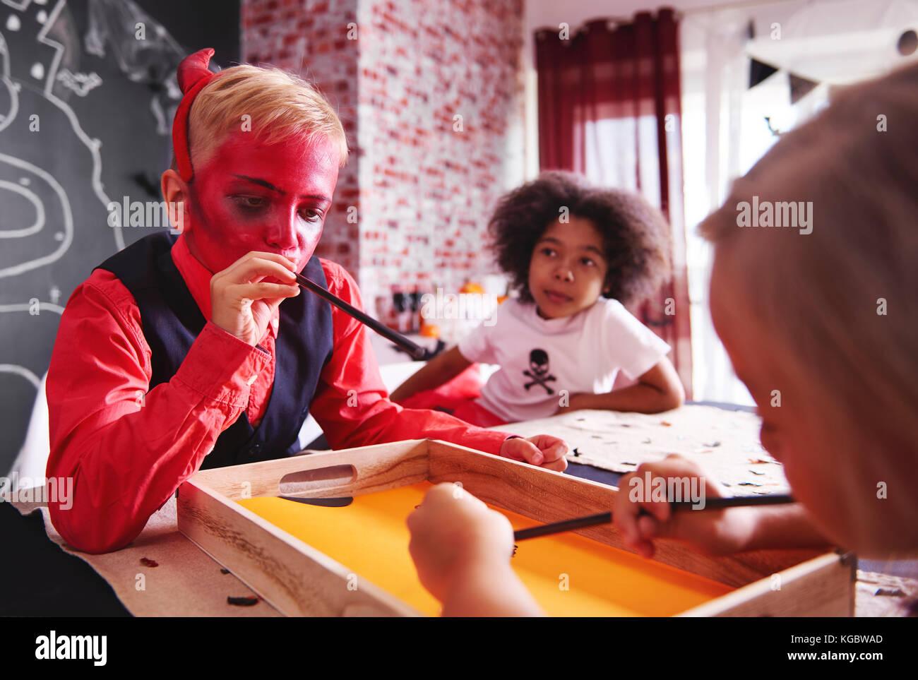 Bambini che giocavano un gioco da tavolo Immagini Stock