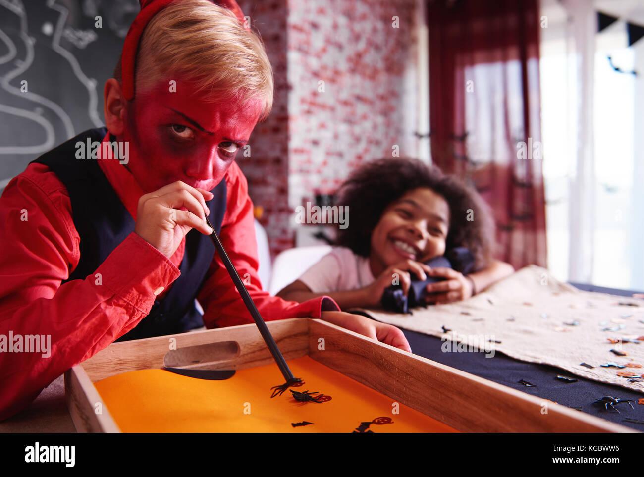 Ragazzo in devil costume di party game Immagini Stock