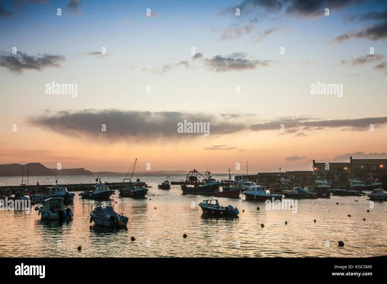 Alba sul porto a Lyme Regis nel Dorset, Regno Unito. Foto Stock