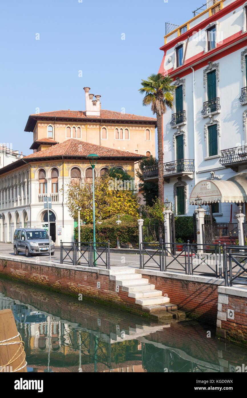 Art Nouveau o architettura liberty in Via Lepanto, Lido di Venezia, Venezia, Italia riflessa nel canale. Ingresso Immagini Stock