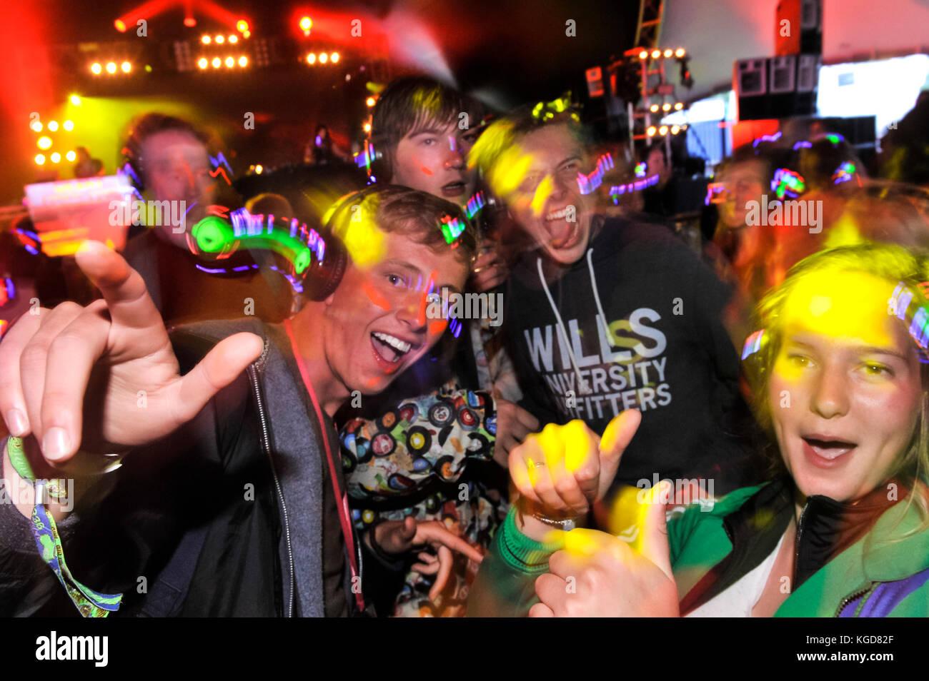 Glastonbury Festival di musica, i frequentatori del Festival godendo di una discoteca silenzioso dove è possibile Immagini Stock